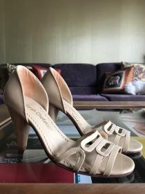 Sarah Chofakian: sandália nude tamanho 33, R$ 400,00.